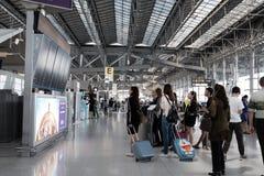 看飞行广告牌的人们新曼谷国际机场 免版税库存图片