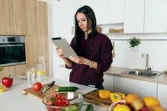 看食谱菜沙拉片剂简单的健康烹调菜的妇女 库存图片
