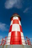 看高红色和白色灯塔 免版税库存图片