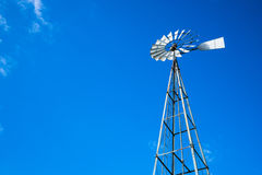 看高金属水泵风车 免版税库存照片