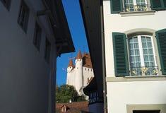 看从一个胡同的图恩城堡在图恩(瑞士) 免版税库存图片