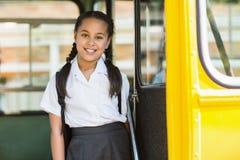 看从公共汽车的女小学生画象 库存照片