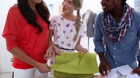 看织品的时装设计师 股票录像