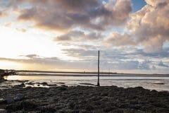 看从圣洁海岛堤道到海岛 northumberland 英国 英国 免版税图库摄影