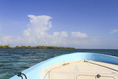看从在海洋的一条小船 免版税图库摄影