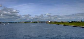 看从堰坝的加的夫海湾Panoranic视图 免版税库存图片