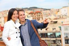 看巴塞罗那的看法浪漫uban夫妇 免版税库存照片