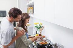 看他妻子烹调的人 免版税库存照片