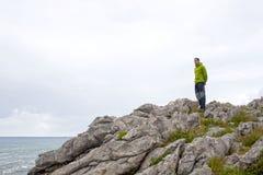 看从岩石的人海 库存照片