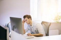 看从工人在办公室 工作开会的时髦的设计师 集中于他的工作 库存照片