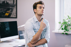 看从工人在办公室 时髦的设计师在工作 集中于他的工作 免版税库存图片