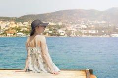 看贴水帕帕佐普洛斯口岸的年轻俏丽的妇女室外夏天画象海,享用她的自由和新鲜空气, w 库存图片