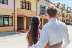 看他们新的家的夫妇 免版税图库摄影