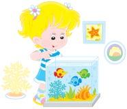 看水族馆鱼的女孩 免版税库存照片