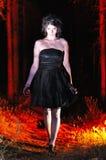 看黑暗的万圣夜巫婆用苹果 免版税图库摄影