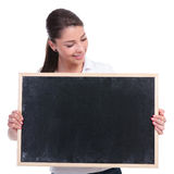 看黑板的偶然妇女 免版税图库摄影