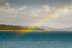 看从热带白日梦海岛的一条彩虹 库存图片