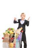 看购物的正式妇女怀疑地发单 库存图片