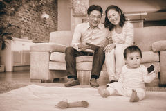 看他们的小女儿的愉快的父母 库存照片