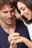 看他们的手的夫妇 免版税库存图片