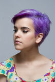 看紫罗兰色短发的妇女在旁边 免版税库存图片