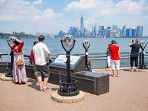 看从自由岛的游人曼哈顿地平线 免版税库存图片