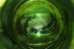 看绿色玻璃花瓶的底部 库存图片