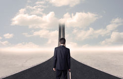 看3d在天空进来的路的商人 免版税库存图片