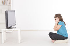 看3D在玻璃的妇女电视 免版税库存图片