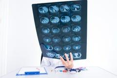 看ct扫描影片的医生妇女 免版税库存图片