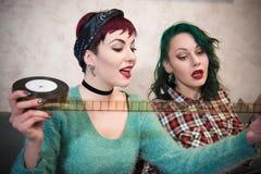 看filmstrip的年轻制片商妇女 免版税库存照片