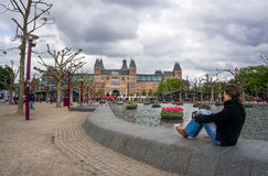 看I阿姆斯特丹大信件的妇女 免版税库存照片