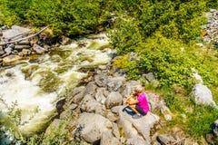 看Joffre小河的快速流动的水妇女 图库摄影
