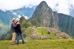 看Machu picchu秘鲁的夫妇 免版税图库摄影