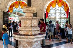 看Magellans十字架的人们,宿务市,菲律宾 免版税库存图片