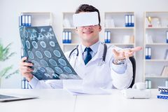 看mri扫描的年轻医生通过vr玻璃 免版税库存照片