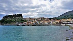 看Parga镇,海湾和堡垒 图库摄影
