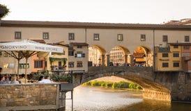 看Ponte Vecchio桥梁的游人在佛罗伦萨,意大利 库存图片