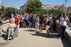 看Sagrada Familia的游人 免版税库存照片