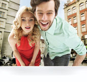 看shopw窗口的惊奇的夫妇 免版税库存照片