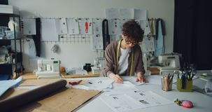看throuth剪影的女性女装设计师计划新的服装收藏 股票录像