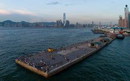看tr,香港和西部港口、许多香港人和游人喜欢采取pi 免版税库存照片
