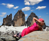 看Tre cime di Lavaredo的女孩 免版税库存图片