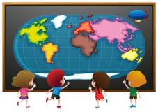 看worldmap海报的孩子 图库摄影