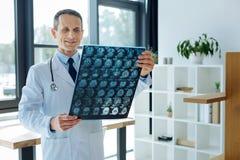 看X光芒扫描的严肃的专业神经学家 库存照片