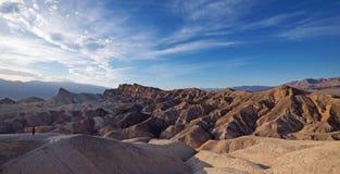 看Zabriskie点的人沙漠在死亡谷,加利福尼亚 免版税库存图片