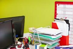 真实生活杂乱办公室特写镜头  免版税库存照片