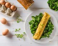 真实的法国煎蛋卷用沙拉 免版税库存图片
