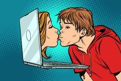 真正亲吻、年轻人和妇女网上日期 皇族释放例证