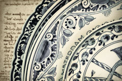 真正古老荷兰蓝色和白色瓷餐具 库存图片
